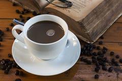 Tazas del café con leche y libros viejos en una tabla de madera Imágenes de archivo libres de regalías