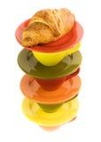 Tazas del color y croissant fresco foto de archivo libre de regalías