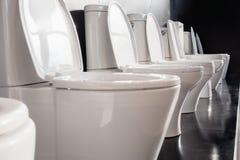 Tazas del inodoro de cerámica blancas Fotografía de archivo