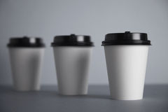 Tazas del Libro Blanco en sistema gris de la maqueta Foto de archivo libre de regalías