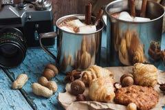 Tazas del metal con cacao y la melcocha Foto de archivo libre de regalías