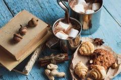 Tazas del metal con cacao y melcochas Imágenes de archivo libres de regalías