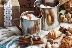 Tazas del metal con cacao y melcochas Foto de archivo