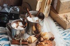 Tazas del metal con cacao y melcochas Foto de archivo libre de regalías