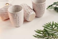 Tazas elegantes de cerámica y guirnalda retra de la Navidad y branc verde Fotos de archivo