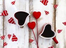 Tazas en forma de corazón de té Concepto del día de tarjetas del día de San Valentín Fotos de archivo libres de regalías
