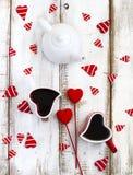 Tazas en forma de corazón de té Concepto del día de tarjetas del día de San Valentín Foto de archivo libre de regalías