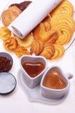 Tazas en forma de corazón del cappuccino del café del café express Fotografía de archivo