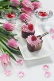 Tazas en forma de corazón del chocolate del día de tarjeta del día de San Valentín Fotos de archivo libres de regalías