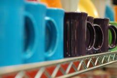 Tazas en un estante foto de archivo