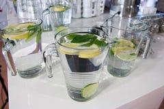 Tazas grandes de agua dulce con el limón Foto de archivo libre de regalías