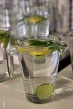 Tazas grandes de agua dulce con el limón Imagen de archivo libre de regalías