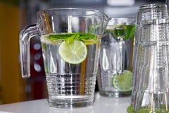 Tazas grandes de agua dulce con el limón Fotografía de archivo libre de regalías