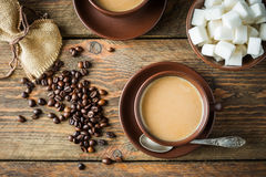 Tazas, habas y azúcar de café Imagenes de archivo