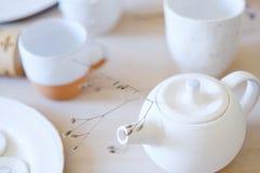 Tazas hechas a mano de la tetera de la arcilla del artesano de la cerámica de la loza fotografía de archivo libre de regalías