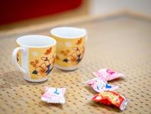Tazas lindas con los caramelos imagen de archivo