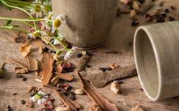 Tazas marrones de cerámica Imagen de archivo libre de regalías