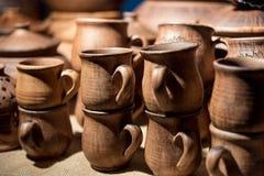 Tazas marrones de cerámica Imagenes de archivo