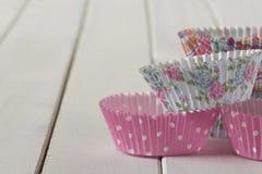 Tazas modeladas del mollete apiladas en la tabla Foto de archivo libre de regalías