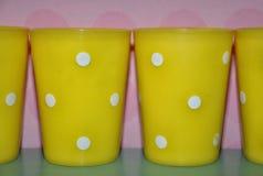 Tazas plásticas amarillas Imágenes de archivo libres de regalías