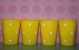 Tazas plásticas amarillas Fotografía de archivo libre de regalías