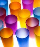 Tazas plásticas coloreadas imagen de archivo