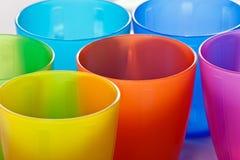 Tazas plásticas coloreadas Fotos de archivo