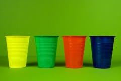Tazas plásticas coloridas Imagen de archivo libre de regalías