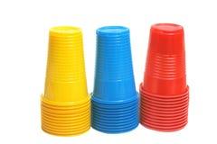 Tazas plásticas coloridas. Fotografía de archivo libre de regalías