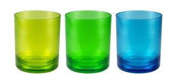 Tazas plásticas coloridas en blanco Imagenes de archivo