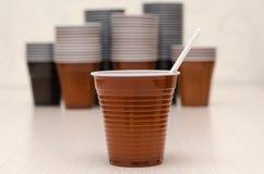 Tazas plásticas de Brown fotos de archivo libres de regalías