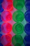Tazas plásticas multicoloras foto de archivo