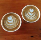 2 tazas planas para llevar del café con leche Fotografía de archivo libre de regalías