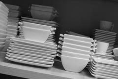 Tazas, platos y tazones de fuente foto de archivo