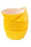 Tazas que cuecen de la magdalena amarilla imágenes de archivo libres de regalías
