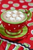 Tazas rojas con el chocolate caliente Fotos de archivo libres de regalías