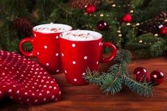 Tazas rojas con el chocolate caliente y las melcochas Fotografía de archivo
