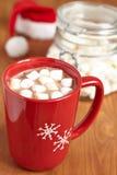 Tazas rojas con el chocolate caliente y las melcochas Fotos de archivo libres de regalías