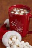 Tazas rojas con el chocolate caliente y las melcochas Foto de archivo