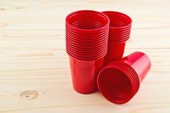 Tazas rojas plásticas fotos de archivo libres de regalías
