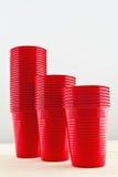 Tazas rojas plásticas imágenes de archivo libres de regalías