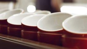 Tazas rojas vacías para el café express y para la situación del café y de la leche y calentar en la superficie de la máquina del  metrajes