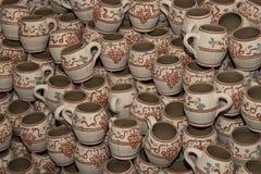 Tazas tradicionales rumanas de la arcilla fotografía de archivo libre de regalías