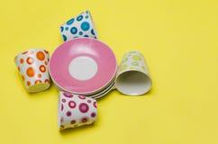 Tazas vacías coloridas y platillos apilados Imágenes de archivo libres de regalías