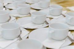 Tazas vacías que esperan banquete Foto de archivo libre de regalías