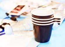 Tazas y agua plásticas Imagen de archivo libre de regalías