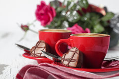 Tazas y chocolate rojos del café express Foto de archivo libre de regalías