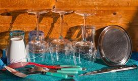 Tazas y cubiertos recientemente aclarados de los vidrios Foto de archivo