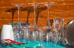 Tazas y cubiertos recientemente aclarados de los vidrios Foto de archivo libre de regalías