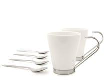 Tazas y cucharas modernas blancas foto de archivo